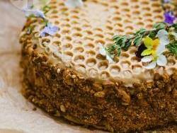 Вкусный тортик «Медовик» с вареной сгущенкой (рецепт)