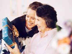 Что подарить бабушке на 8 марта: лучшие идеи подарков
